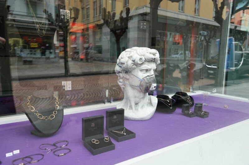 A store window includes a bust of Michelangelo's David.